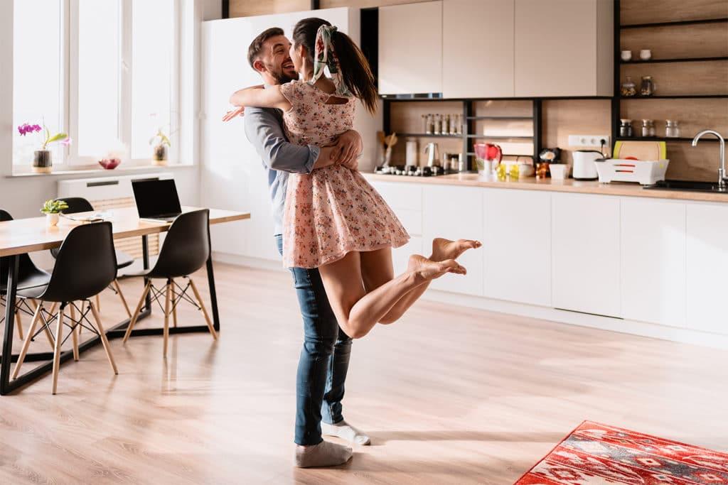 Homme et femme heureux après travaux
